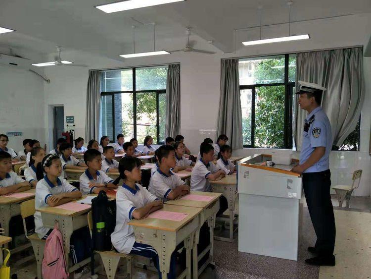 389班:交警叔叔来到我班进行交通安全知识宣传